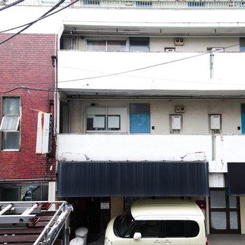 お向かいは、道路を挟んでいい味のマンション。