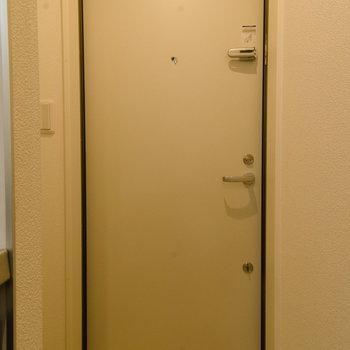 玄関ドアも白い内装。こだわりの白です。