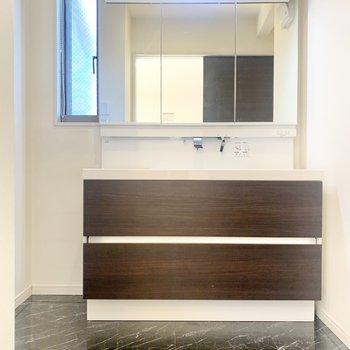 洗面台は三面鏡なので、身支度もしやすいですね