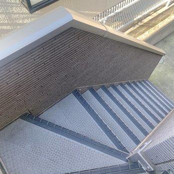 階段はやや急です