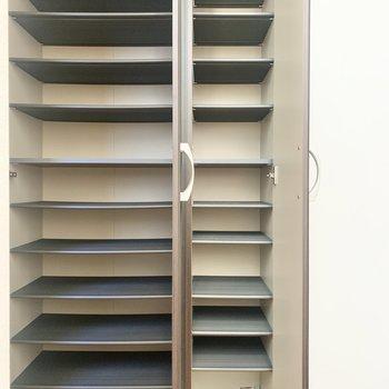 シューズボックスの扉には鏡が付いていますよ