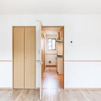 扉を開けるとキッチンへと繋がります。