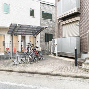 建物の前には駐輪場がありました。