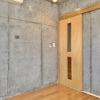 こちらのお部屋もコンクリート打ちっ放し。
