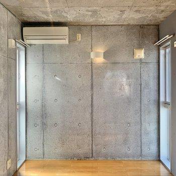 壁から天井までコンクリート打ちっ放し。
