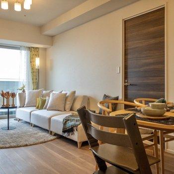 【LDK】手前は食事をするスペース、奥はくつろぐスペースに。※家具や雑貨はサンプルです