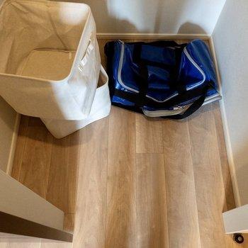 【洋室5.2帖】クローゼットには、衣類をはじめ、リュックやスポーツバックなども入ります。