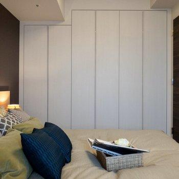 【洋室7.0帖】壁一面のクローゼットがあります。