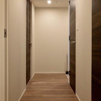 廊下です。右手にはトイレがあります。
