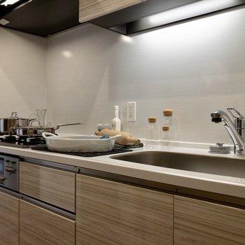 【LDK】3口コンロなことに加え、調理スペースもしっかりと確保されています。