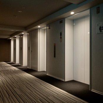 エレベーターは5台も。待ち時間が減って嬉しいですね。
