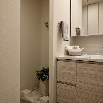 洗濯機置き場は洗面台の左側にあります。