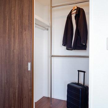 クローゼットはウォークインタイプ。お仕事着などをどうぞ。※写真は29階同間取り別部屋のものです