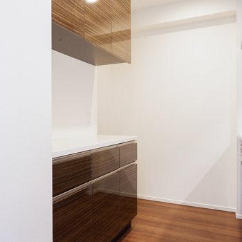 背後には食器などに便利な棚も。※写真は29階同間取り別部屋のものです