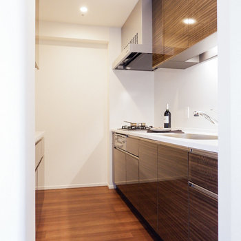 独立したキッチンスペース。※写真は29階同間取り別部屋のものです