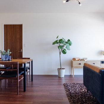 ソファとテーブルが良い距離感で配置できます。※写真は29階同間取り別部屋のものです