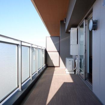 バルコニーも広々。たまにはチェアを出してこでのんびりも良いですね。※写真は29階同間取り別部屋のものです