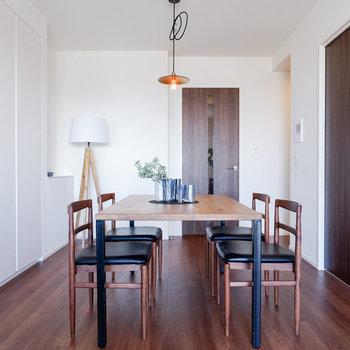 ダイニングテーブルは4人掛けがちょうど良さそう。※写真は29階同間取り別部屋のものです