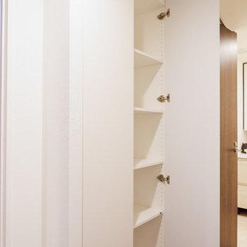 脱衣所の手前に収納棚があります。掃除用具などに便利ですね。※写真は29階同間取り別部屋のものです