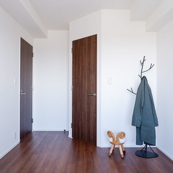 ダブルベッドも入る広さです。※写真は29階同間取り別部屋のものです