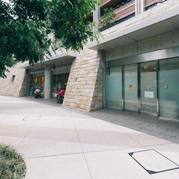 マンション1階の店舗棟には、病児保育の施設や小児科が入居しています。