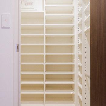 容量たっぷり。レジャー用品なども入れておけます。※写真は29階同間取り別部屋のものです