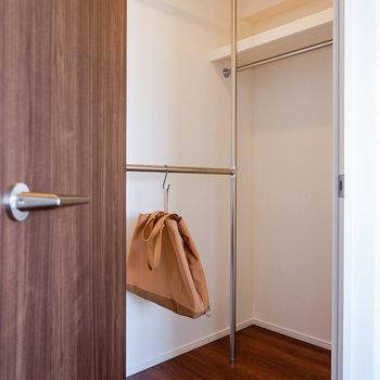 こちらの収納もウォークインタイプ!おしゃれ着などを入れておきましょう。※写真は29階同間取り別部屋のものです