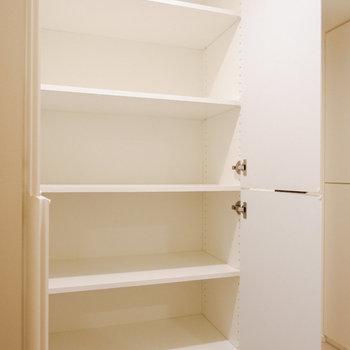 洗濯機置き場前に収納が。洗剤などに利用しましょう。※写真は29階同間取り別部屋のものです
