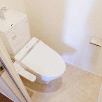 ウォシュレット付きのトイレは玄関脇に。※写真は29階同間取り別部屋のものです