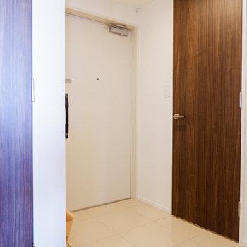 玄関土間も広め。奥の扉がクローゼットです。※写真は29階同間取り別部屋のものです
