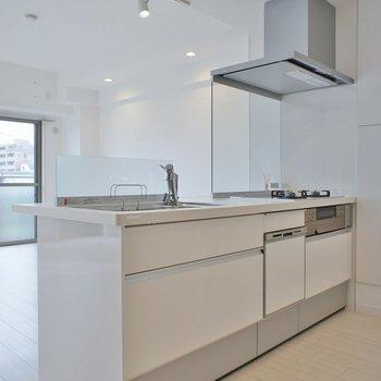 リビングを見渡すキッチン※写真は同タイプの別室。