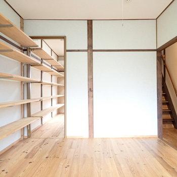 【洋室5.2帖】こちらの壁には棚がたくさん!左側は鏡かなと思いきや…