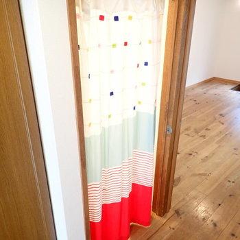 お風呂と洗面台の空間はカーテンで仕切るようになっています。