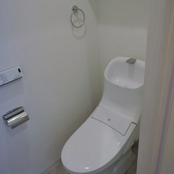 トイレ上は棚があるので収納に!