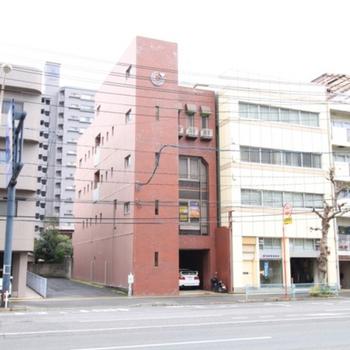 赤い建物がお家です。バス停は目と鼻の先にあります。