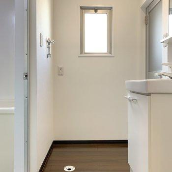 LDKまで出て、サニタリールームへ。奥側に、洗濯機を置きましょう〜。