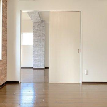 【洋室1】では、お待ちかねの洋室へ。レンガクロス、向かいの部屋からも見えていますね!