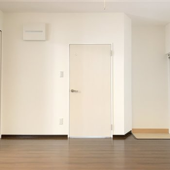 【LDK】キッチン向かい側にサニタリールーム。左隣に洋室があります。