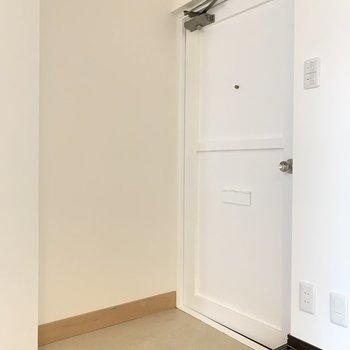 玄関はキュートなホワイト。くつ箱を持ち込みましょう、