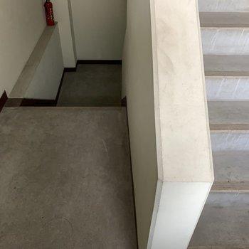 共用部はシンプル。お部屋までは階段です。