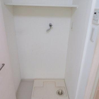 その後ろには洗濯機置き場(※写真は4階の同間取り別部屋のものです)