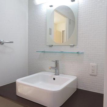 洗面台に収納はないですが、横にたくさん置けそうです(※写真は4階の同間取り別部屋のものです)
