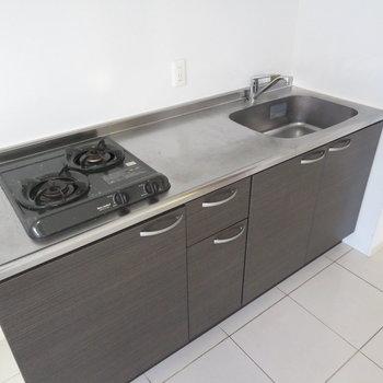 キッチンはもちろん2口のシステムキッチン(※写真は4階の同間取り別部屋のものです)