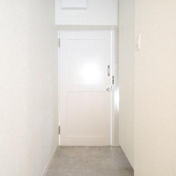 玄関は広いですよ。※撮影時はついていませんが、ここにも間接照明があります。