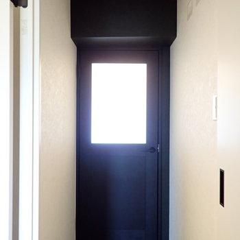 リビングへの入り口です。マットな黒でかっこいい!※撮影時はついていませんが、ここにも間接照明があります。