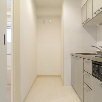キッチン周りのスペースは充実。※写真は7階同間取り・別部屋のものです。