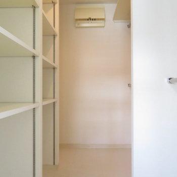 ウォークスルー型のクローゼット。※写真は7階同間取り・別部屋のものです。