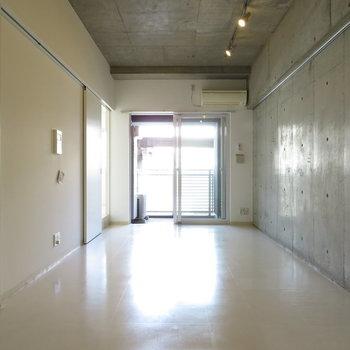 窓際は明るさもあります。※写真は7階同間取り・別部屋のものです。