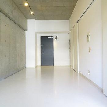 クールなコンクリート打ちっぱなし。※写真は7階同間取り・別部屋のものです。