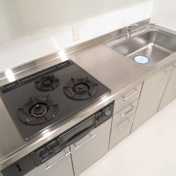 キッチンはしっかりシステムキッチン。※写真は7階同間取り・別部屋のものです。